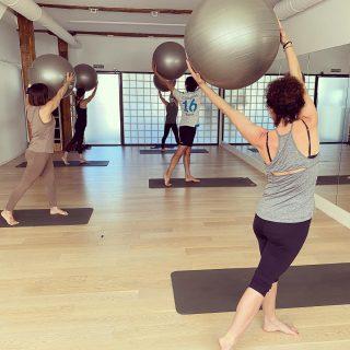Pilatesen, Fitball arekin lanean/Trabajando con Fitball, en clase de Pilates. #kore #korputzorekatailarra #stottpilates #pilates #hipopresivos #hypopressiversf #caufriezconcept #kstretch #feldenkrais #feldenkraismethod #totalfit #yoga #hatayoga